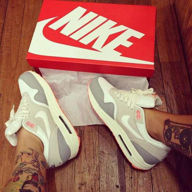 Nike . Color. Pink grey white