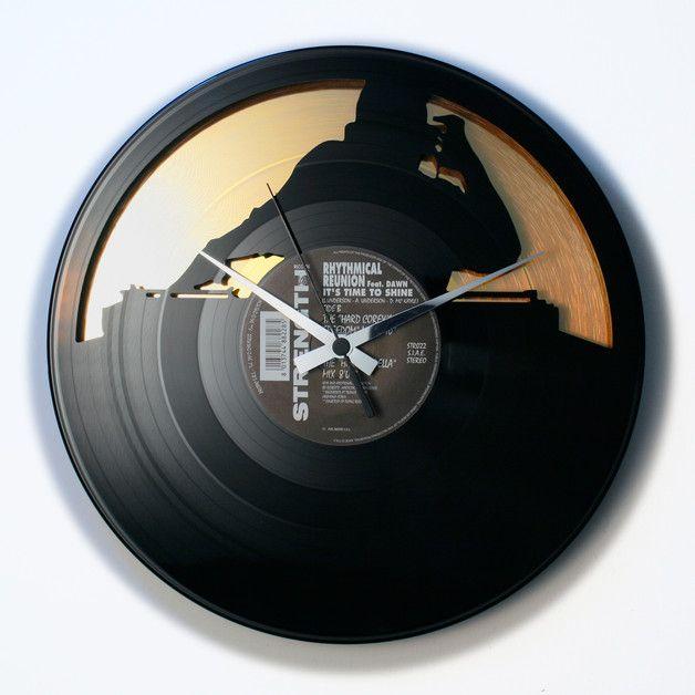 **Jedes DISC'O'CLOCK stammt aus recycelfähigem Material, die Platten unserer Produkte haben ihre gewöhnliche Funktion schon verloren, sind zerkratzt oder nicht mehr anhörbar. Die Wanduhr ist aus...
