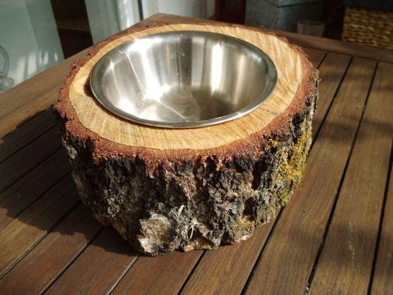 Hundenapf in Baumstamm, mit Leinöl behandelt gegen Feuchtigkeit und Schmutz, Edelstahlnapf aus Gastronomie. Griffmulde z. einfachen Entnehmen des Napfes.