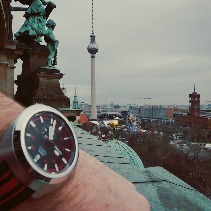 Hlásíme se znovu z Berlína. Dnes je náš druhý a poslední den. S hodinkami jsem se sžil rychle. Nosí se sami a člověk ani nepostřehne že je má na sobě. Stanou se vlastně jeho přirozenou součástí. Pro naše vracející se čtenáře už teď připravujeme článek o Berlínu. #berlin #posliseikodal #seikowatch #seiko5 #hodinky #watch #watch_the_food #sbatuzkem #cestovani #travelling #travel #deutschland #germany #dnescestujem #instatravel #instalike @seikowatchczech @watch_the_food