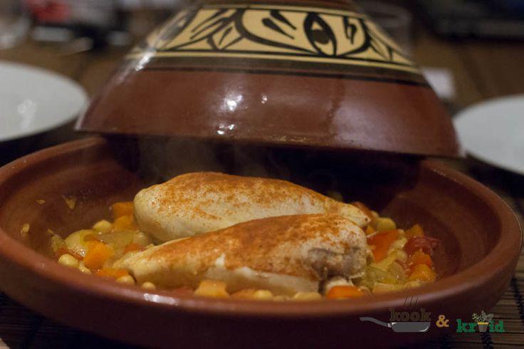 Vandaag maken we een eenvoudig eenpansgerecht (of tajine). Dit maal een kipgerecht met kikkererwten en om alles bij elkaar te brengen; feta.