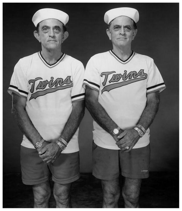 """""""Siempre he estado fascinada por los gemelos. En mis cuarenta años en la fotografía, cada vez que había una oportunidad, tomaba una foto de gemelos. Me pareció muy convincente la idea de que …"""