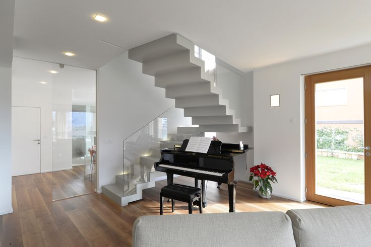 In harmony with the aesthetics of the house, the staircase matches perfectly the light and sophisticated architecture of the building. #interbau #stairs #design #madeinItaly #art #architecture #customised #foryourhome