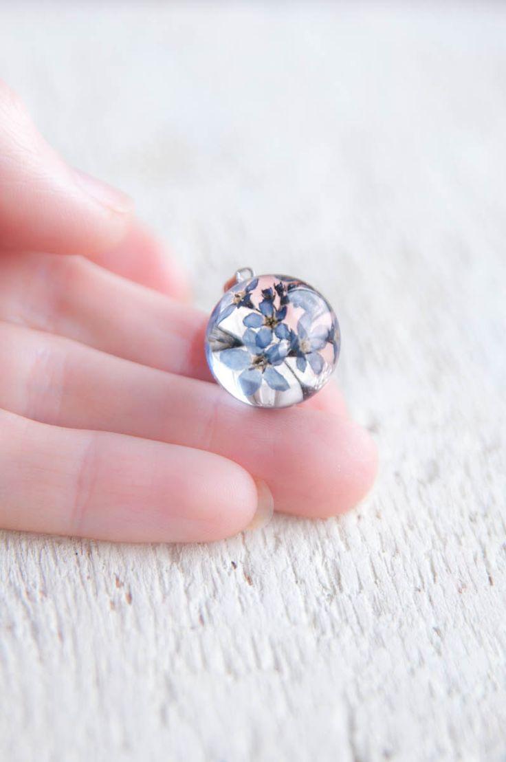 Harz handgemachte Halskette mit natürlichen blauen Blüten der Holz-Vergissmeinnicht (Myosotis Sylvatica). Kleine Blumen mit Kristall-Harz in Form einer Kugel konserviert, es sieht ungewöhnlich und magisch. Diese zarte Stück Natur werden ein schönes Geschenk für jemand besonderen.  Schmuck Größe: Anhänger ist 16 mm (5/8) Durchmesser Sterling Silber 925 mit Kette Marke Tag und Extender, so können Sie die Länge von 16 bis 18 (von 40 cm bis 45 cm) anpassen.  Diese Kette kommt in der natürlichen…