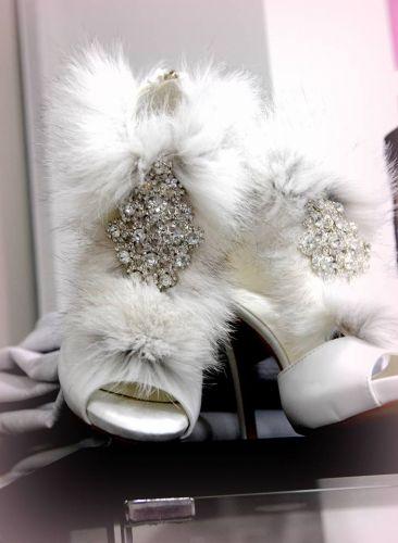 Χειροποίητα νυφικά πέδιλα στολισμένα με φυσική γούνα και κρύσταλλα  http://handmadecollectionqueens.com/χειροποιητα-νυφικα-πεδιλα-με-φυσικη-γουνα  #handmade   #fashion   #bridal #wedding #pump #storiesforqueens #women
