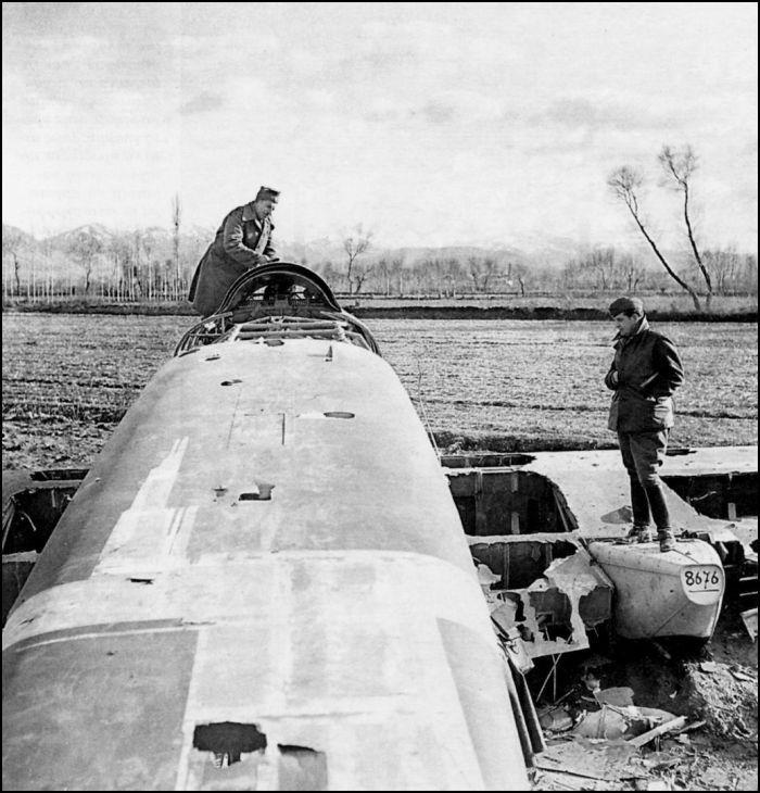 ΦΩΤΟΓΡΑΦΟΙ ΣΤΗΝ ΑΛΒΑΝΙΑ-ΕΛΛΗΝΟΙΤΑΛΙΚΟΣ ΠΟΛΕΜΟΣ-1940-Λάφυρα μαχών, Iταλοί αιχμάλωτοι, είσοδος ελληνικών τμημάτων σε πόλεις της B. Hπείρου, ήταν τα προσφιλή θέματα στα πρωτοσέλιδα των εφημερίδων, ώστε να διατηρείται το ηθικό του άμαχου πληθυσμού. Hταν η εισφορά, εκούσια ή και ακούσια, του τότε Tύπου. Ωστόσο, καμία από τις σχετικές φωτογραφίες του Xαρισιάδη, όπως αυτή με το «καταρριφθέν ιταλικό αεροπλάνο», δεν έλαβε ποτέ μεγάλη δημοσιότητα.