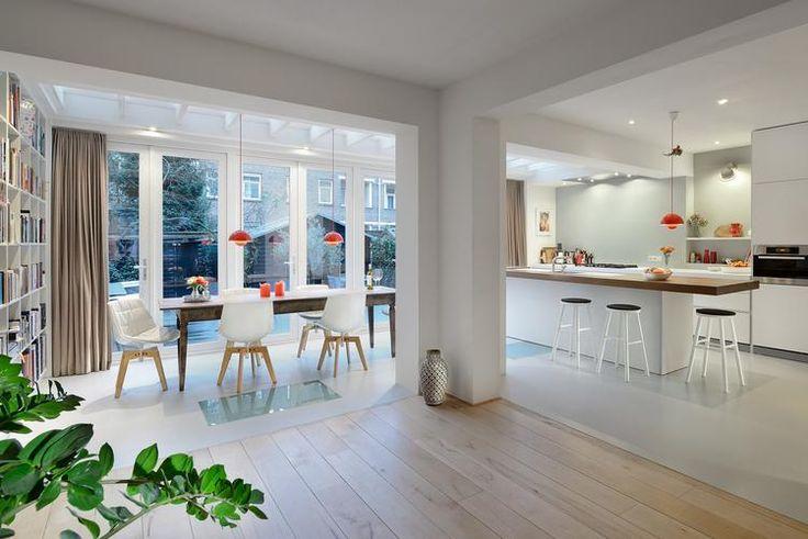 Foto: Moderne aanbouw met keuken. Veel licht door lichte materialen zoals een gietvloer en witte keuken. Vele openslaande deuren naar de tuinen geven veel openheid.. Geplaatst door architectamsterdam op Welke.nl