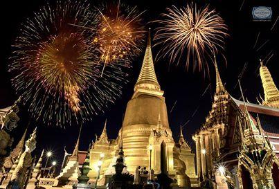 The sky lights up in #Thailand at Wat Phra Kaew to celebrate 2014! As they say in Thailand, we wish you Pī h̄ım̀ mī khwām s̄uk̄!