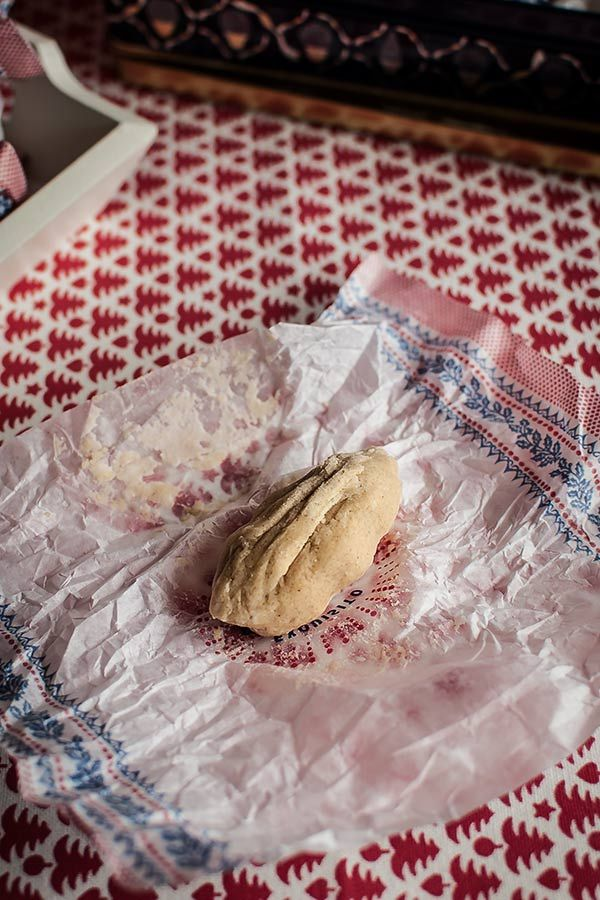Los polvorones... esos dulces tan tradicionales y tan ricos que tan buenos ratos nos han dado, sobre todo cuando intentamos decir Pamplona con la boca llena de ellos... Que sepáis que los ricos y humildes polvorones sevillanos hoy día gozan de una Indicación Geográfica Protegida. Que no son cualquier cosa, caramba. Los componentes principales de polvorones y mantecados son la harina de trigo, la manteca de cerdo y el azúcar, y cuentan los sabios que tienen su origen en una época de ...