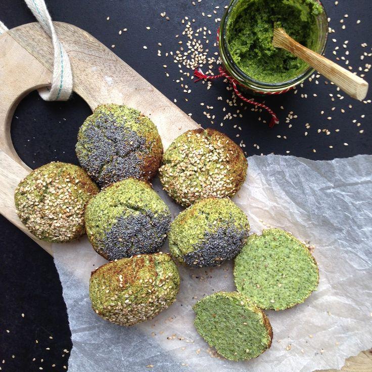 Broccoliboller. Til 6-7 boller: 1 hel broccoli | 1 æg | 2 æggehvider | 1 tsk bagepulver | 1 tsk salt | 2 spsk loppefrøskaller | 1 spsk oregano (kan undlades) | 1/2 dl kokosfibermel (kan købes i bla. Føtex) Sådan gør du: Tænd ovnen på 200 grader | Hak broccolien fint i en foodprocessor | Rør æg og æggehvider godt ud i de fint hakkede broccoli | Tilsæt salt, oregano, bagepulver, kokosfibermel og loppefrøskaller, rør det grundigt ud og lad dejen stå i 10-15 min. | Form bollerne og læg dem på...