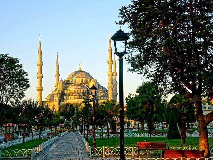 """Super cosmopolita, Istambul é a maior cidade da Turquia (mas não a capital do país, que se chama Ancara) e um dos destinos mais interessantes para turistas de todo o mundo. Entre suas atrações imperdíveis estão antigas residências de sultões e suntuosas mesquitas. Prontos para explorar Constantinopla? Museu de Santa Sofia (Ayasofya) A Yelper Juliette J. vai direto ao...<br /><a class=""""more-link""""…"""