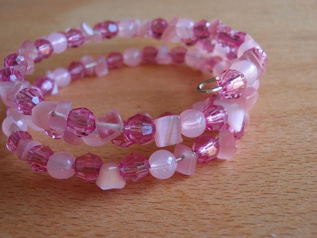 Pulseira em arame memória com cascalho e contas rosa by ACBeads, via Flickr
