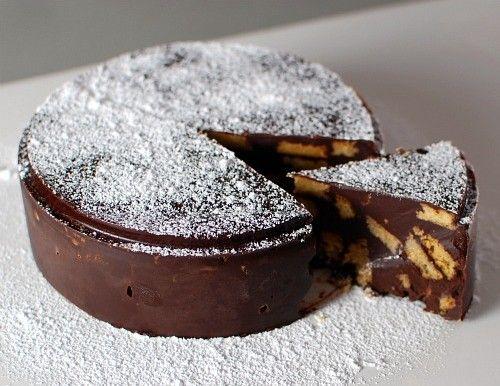 Παγωμένη τουρτίτσα σοκολάτας με μπισκότα.Μια συνταγή για ένα παγωμένο γλύκισμα σοκολάτας με μπισκότου που θα απολαύσουν οι μεγάλοι και θα λατρέψουν τα παιδιά.    Υλικά συνταγής      500 γρ. μπισκότα βουτύρουτης αρεσκείας σας [τύπου πτι μπερ]  280 γρ. ψιλοκομμένο βούτυρο  3