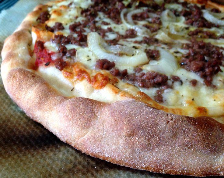 Volvemos a las pizzas, tras el éxito de la anterior.  Seguimos realizando la masa el día anterior para que fermente, pero todo muy sencillo, aunque hoy un poco más elaborado, ya que debemos hacer la carne.