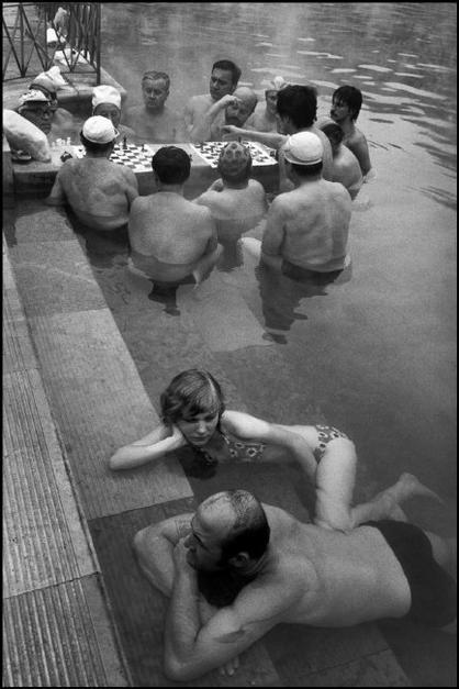 Guy Le Querrec || HUNGARY. 1980. Budapest. XIV Allatkerti ut 11. Hydropatic establishment Széchenyi.