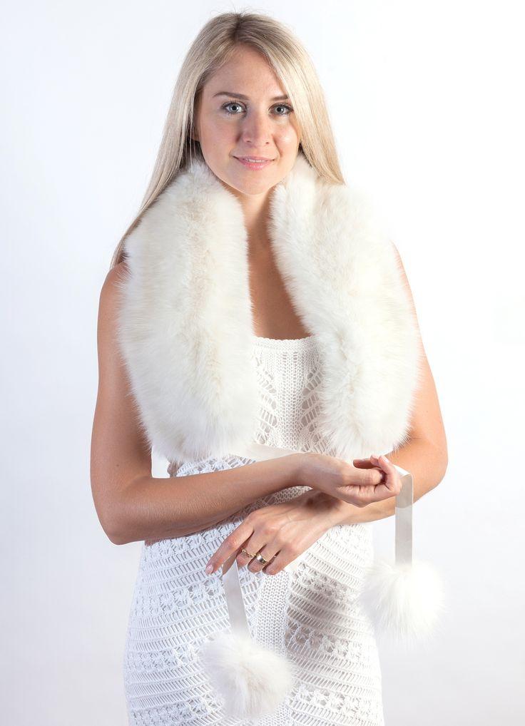 Elegante sciarpa in pelliccia in autentica volpe bianca naturale, con soffici pom-poms in volpe bianca candida. Sciarpa in pelliccia naturale ideale per la sposa d'inverno nel giorno del proprio matrimonio invernale. www.weddingfur.it