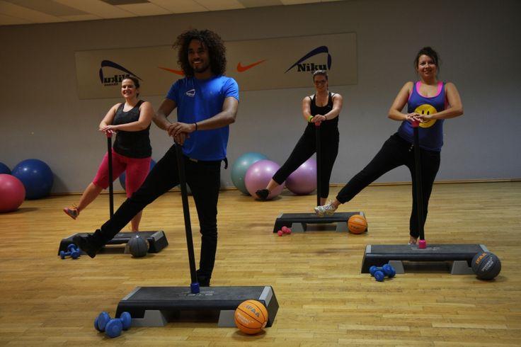 ANTYCELLULIT – proste ćwiczenia ujędrniające, kształtujące i wzmacniające mięśnie ud i pośladków. Antycellulit to trening wzmacniająco-kształtujący wykonywany do rytmicznej muzyki. Głównym celem zajęć jest usunięcie niechcianego cellulitu. Właściwie dobrany zestaw ćwiczeń ma za zadanie pobudzenie przepływu limfy i usuwanie szkodliwych toksyn z przestrzeni międzykomórkowych. Zajęcia dają rewelacyjne efekty w rozbijaniu cellulitu, ujędrnieniu i wysmukleniu ud, pośladków i brzucha.