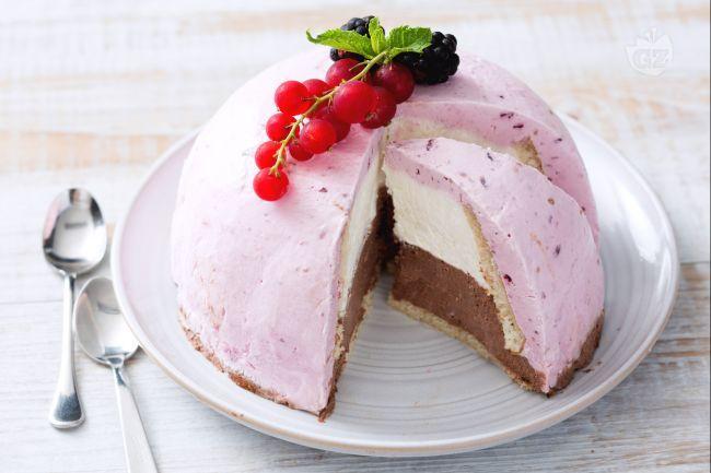 Lo zuccotto senza cottura è un dessert perfetto per l'estate: frutta e cioccolato formano tre strati ben definiti da scoprire assaggio dopo assaggio!
