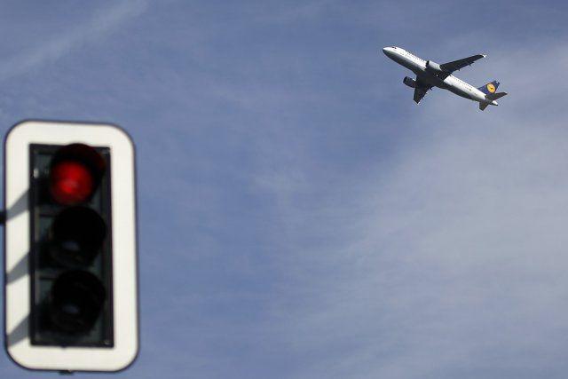 Voici 5 trucs pour payer vos billets d'avion moins cher.