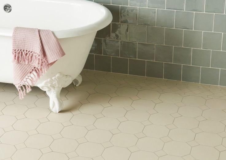 Tegels voor in de klassieke badkamer, witte vloertegels, zeegroene wandtegels, handvorm, klassieke tegels