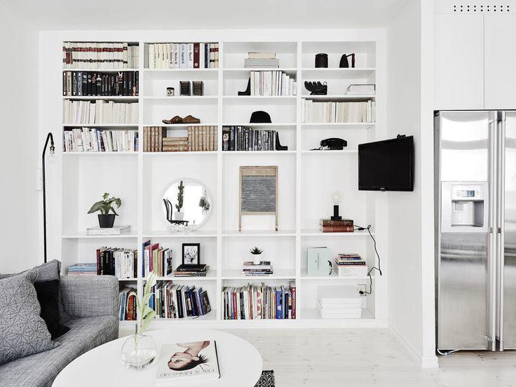 Snyggt organiserad bokhylla