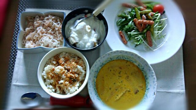 実家に帰省するので余りものでパパッと朝食を。和洋切衷です(^^;) - 2件のもぐもぐ - ☆カボチャ入りカレースープ、水菜とポークビッツサラダ、白滝のたらこあえ、フルーツヨーグルト☆ by onoppeinfo