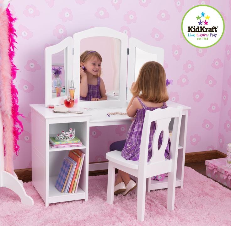 Ieder meisje heeft een eigen kaptafel nodig! Met onze luxe kaptafel met stoel kunnen meisjes zichzelf vanuit drie verschillende hoeken bewonderen  De legplanken zijn perfect om kleding, make-up en kostuums op te bergen. Als je je klaar maakt, kun je dat net zo goed in stijl doen!  Een grote spiegel en twee verstelbare zijspiegels  Vier legplanken om make-up, kleding, speelgoed en nog veel meer in op te bergen  Bijpassende witte stoel past gemakkelijk onder de kaptafel