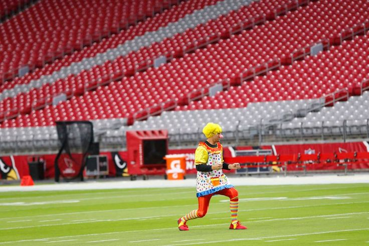 Rams vs. Cardinals Updated October 2, 2016:  17-13, Rams  -     Arizona Cardinals quarterback Carson Palmer runs the field at University of Phoenix Stadium dressed as a clown before playing against the Los Angeles Rams October 2, 2016. He lost a bet in a weekly quarterbacks competition.