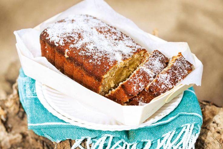 De banaan zorgt ervoor dat de cake heel smeuïg is. De kokos geeft 'm iets tropisch.- Recept - Allerhande