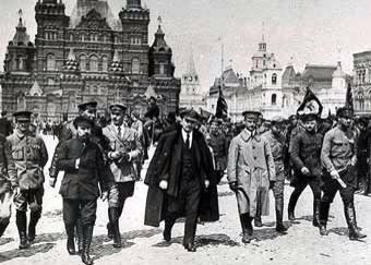 La Revolución Rusa fue un poderoso, movimiento político, social y económico, que estallo en el año 1917 en el Imperio Ruso; que es considerado, por las transcendentales consecuencias que derivandose de ella, como uno de los mas grandes acontecimientos de la Época Contemporánea y, a su vez, como uno de los hechos mas memorables que registra la Historia de la Humanidad.