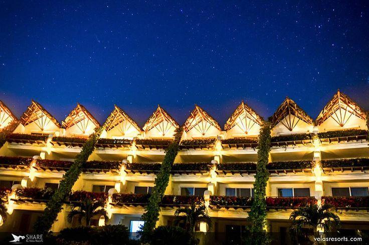 Бескрайнее небо ночных тропиков над головой…  Миллионы звезд сияют в аквамариновой синеве… Приезжайте в Гранд Велас Ривьера-Майя и наслаждайтесь этим величественным зрелищем вместе с нами! http://rivieramaya.grandvelas.com/russian/