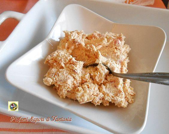 La spuma di prosciutto ricotta e mascarpone è ottima per farcire antipasti di ogni tipo, dai crostini ai voul au vent e tanto altro. Facile e veloce da fare