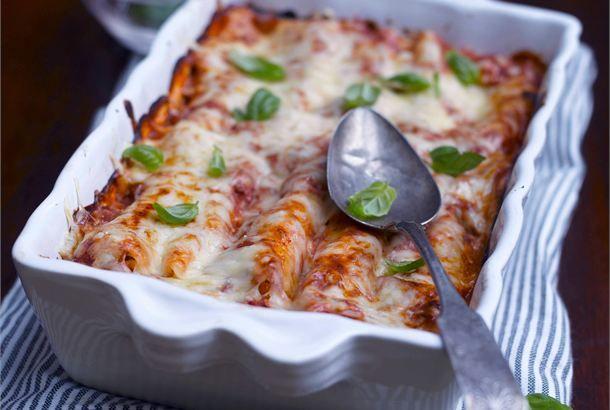 Cannellonit kahdella täytteellä ✦ Cannelloni on paksuhko, pyöreä pastaputki. Cannellonien sisään voidaan laittaa esim. jauheliha- , kasvis- tai kalatäyte ja paistaa uunissa tomaatti-juustokastikkeella peitettynä. Cannelloni-putkia on saatavana esikeitettynä. http://www.valio.fi/reseptit/cannellonit-kahdella-taytteella/