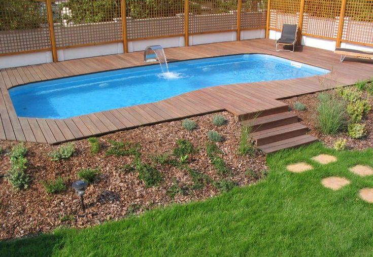 construire sa piscine extérieure avec une terrasse en bois composite