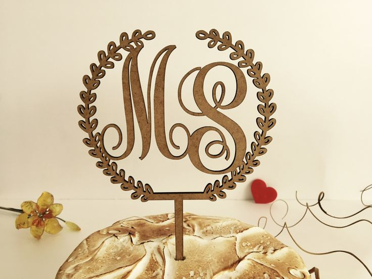 Monogramma toppers torta, toppers torta rustica torta nuziale topper corona, iniziale wedding cake topper, toppers torta legno, iniziale con un alloro di FranJohnsonHouse su Etsy https://www.etsy.com/it/listing/496072146/monogramma-toppers-torta-toppers-torta