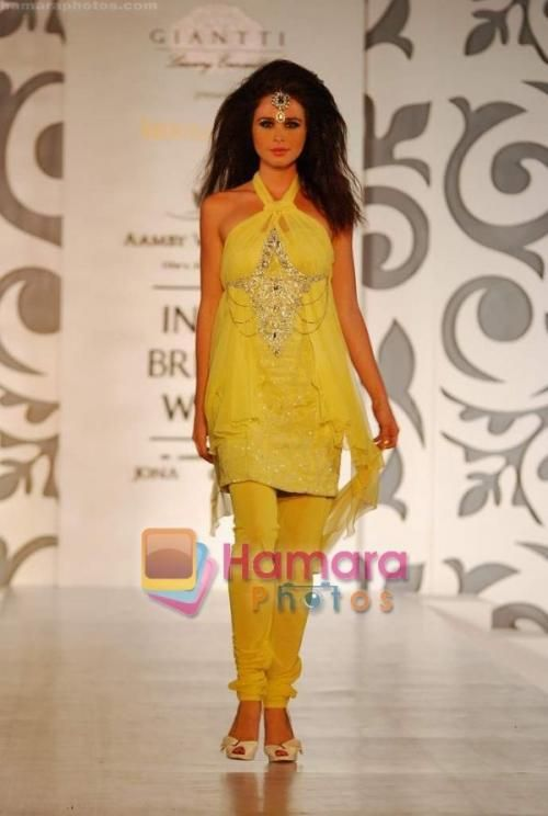 Model walks the ramp for Archana Kocchar at Aamby Valley India Bridal Week day 5 on 2nd Nov 2010 / Amby Valley Indian Bridal Week - Hamara Photos