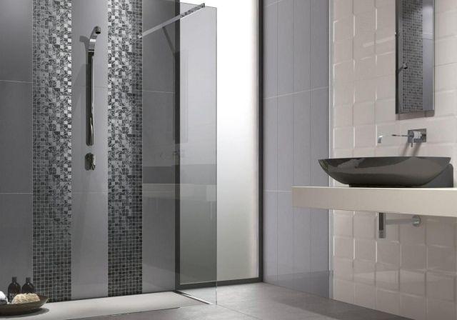 Badgestaltung im Trend-linear-italienische Mosaikfliesen in grauen schattierungen