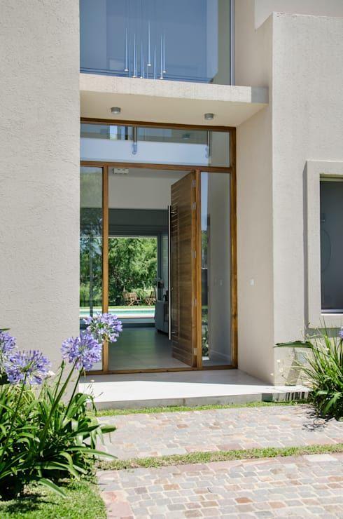 puerta principal: Ventanas de estilo por Parrado Arquitectura