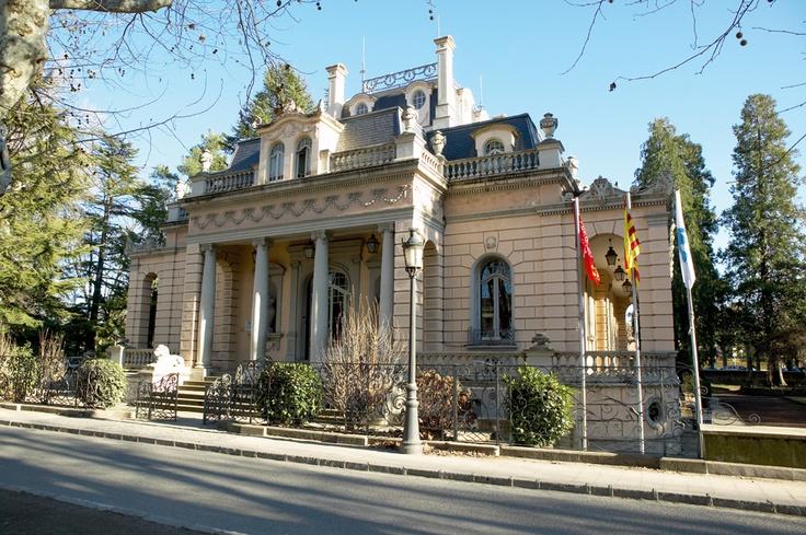 Torre Malagrida - Olot. Situat a la comarca de la Garrotxa, a la ciutat d'Olot. L'edifici es troba a l'Eixample Malagrida, lloc molt cèntric de la ciutat. A 134 km de Barcelona, a 218 km de Tarragona, a 52 km de Girona i a 203 Km de Lleida.  Es tracta d'una torre d'estil noucentista, envoltada d'amplis jardins i construïda al principi dels anys vint. Els interiors combinen l'estil modernista amb un mobiliari modern i funcional.
