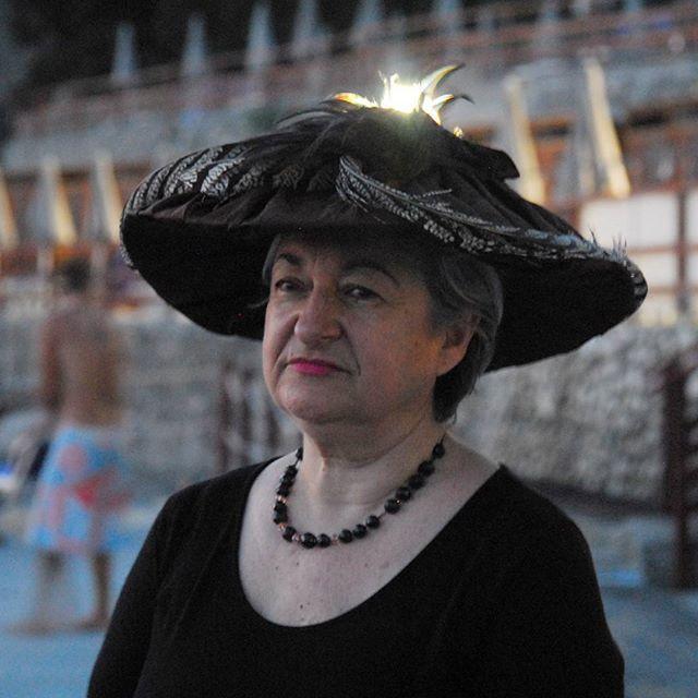 Una signora incantevole con un cappello in stile primi del '900 dedicato a Amedeo Modigliani #livorno #toscana #tuscany #moda #ragazza #amicizia #estate #vacanze #bellezza #capelli #instaitalia #instaitaly_photo #instaitalian #hatsummer #hat #cloche #instaitalia # Modiglian #arte #artigianato #artigian