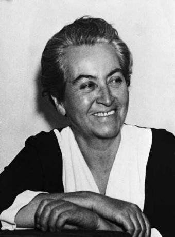 Gabriela Mistral, (Vicuña,1889 – Nueva York,1957). La poesía tocó a su puerta por un amor de juventud. En 1914 ganó el primer lugar en el concurso literario de los Juegos Florales organizado por la Federación de Estudiantes de la Universidad de Chile. Lucila de María del Perpetuo Socorro Godoy Alcayaga fue el nombre real de la también maestra, diplomática y feminista. Con Sonetos de la Muerte comenzaría a utilizar el seudónimo de Gabriela Mistral. Fue Premio Nobel de Literatura en 1945.
