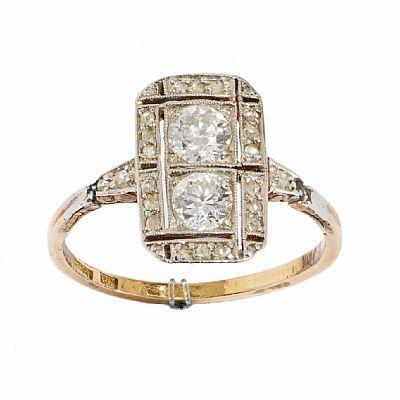RING  Gull. 18 K. Rektangulær form. Fattet med to brillianter 0,54 ct. 27 roseslipte diamanter.  Totalvekt: 2,8 g. Tidlig 1900-tallet. Antatt kvalitet: Wesseton VS  STØRRELSE 56