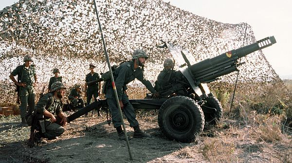 Spanish-marines-man-105mm-howitzer-19811001.jpg