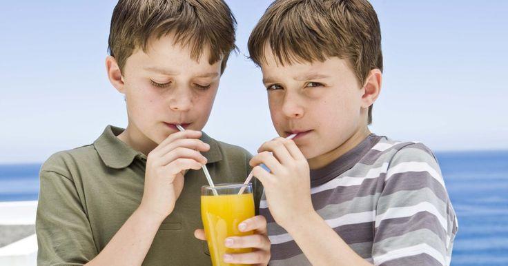 ¿Es buena la bebida V8 Splash?. La bebida V8 Splash es un producto la empresa Campbell Soup Company y se trata de una bebida con sabor a fruta muy similar al jugo: si verificas la etiqueta para ver sus ingredientes, sin embargo, verás que no tiene nada que ver con el jugo. Mientras que V8 Splash contiene algunas vitaminas, tiene un gran contenido de endulzantes añadidos e ...