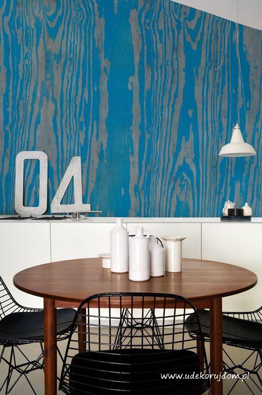 Fototapeta w stylu powiększenia makro, przecieranej deski pomalowanej na kolor niebieski. Wall&Deco.
