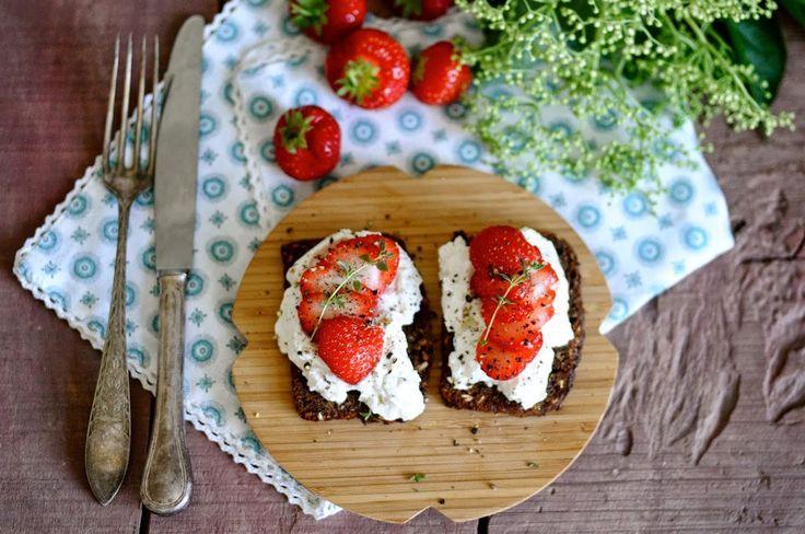 Ristet rugbrød med ricotta, jordbær, frisk timian og peber