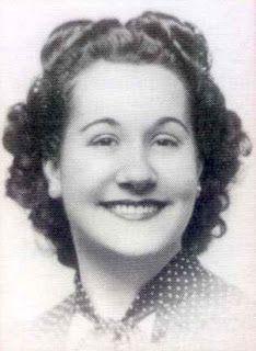 Josefa Molera (1921-2001) fue una química que se especializó en cinética química. Además, también participó en uno de los primeros cromatógrafos de gases que se construyeron en España. Fue la introductora en España de los métodos de análisis de las reacciones químicas por cromatografía gas-líquido, por cuyo desarrollo recibió el reconocimiento de los fabricantes de estos aparatos, otorgándole el Premio Pekín-Elmer Hispania.