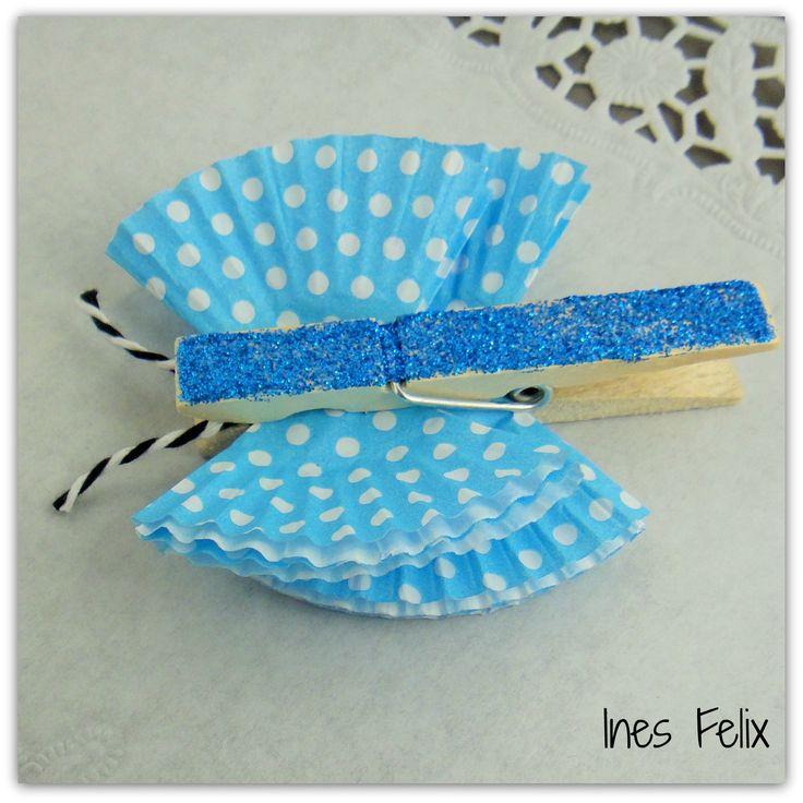 Holzklammer-Schmetterlinge aus Muffinförmchen Heute habe ich eine süße kleine Idee für euch, die ihr ganz schnell umsetzen könnt und die sofort gute Laune verbreitet. Diese kleinen Klammerschmetterlinge könnt ihr als Tischdekoration, Notizenhalter, Geschenkedeko .... und vielem mehr verwenden.