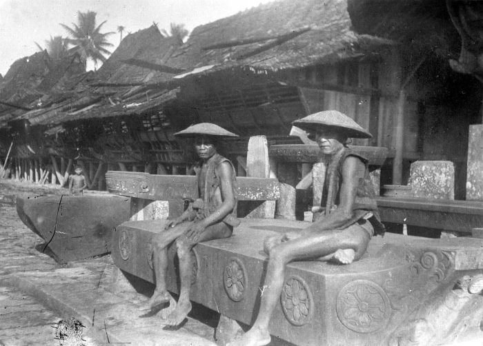 COLLECTIE TROPENMUSEUM Twee mannen op een grote bewerkte steen TMnr 10004909.jpg