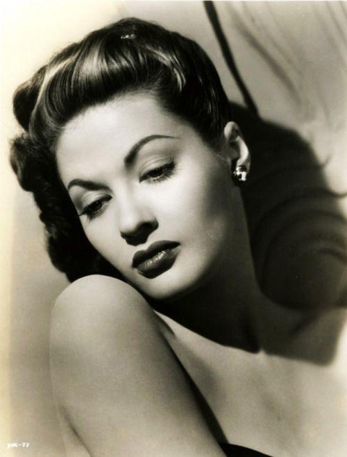 Yvonne De Carlo- Mrs. Munster is Gorgeous!